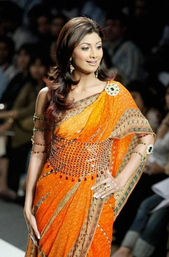 Shilpa Shetty Presenting Indian Fashion Designer Tarun Tahiliani Saree