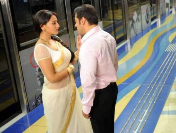 sonakshi wearing kerala kasavu saree