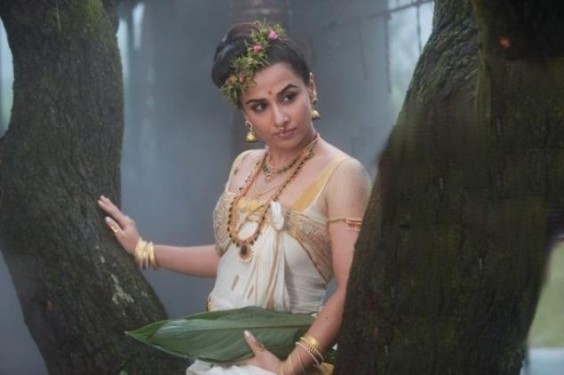 vidya balan wearing kerala kasavu saree