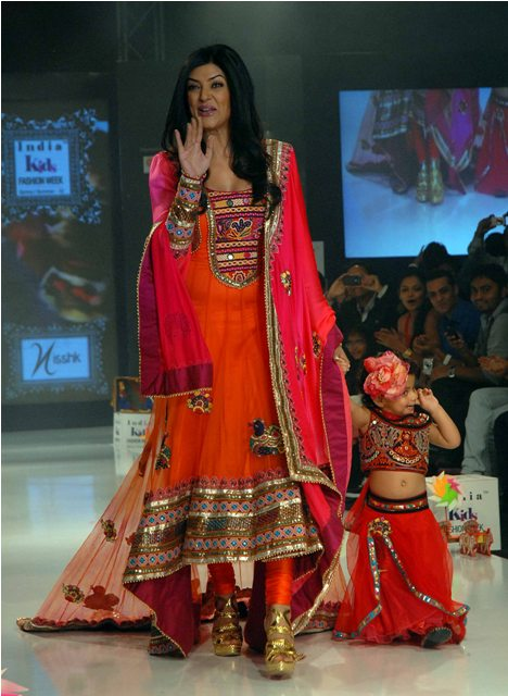 sushmitha_with_daughter_wearing_kutch_salwar